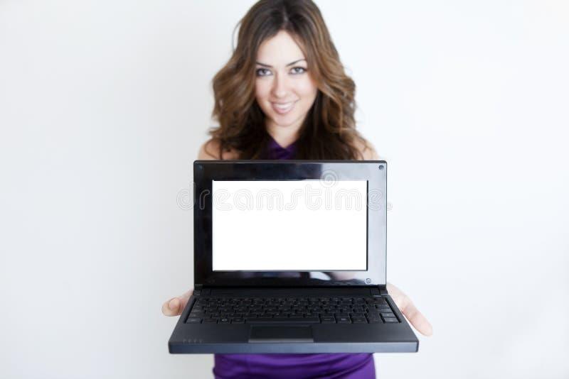 Junge schöne Frau mit Laptop stockfotografie