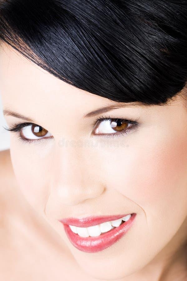 Junge schöne Frau mit leichtem Lächeln stockbild