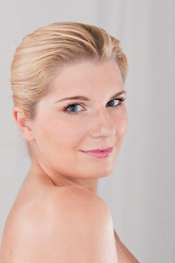 Junge schöne Frau mit reiner gesunder Haut lizenzfreie stockbilder