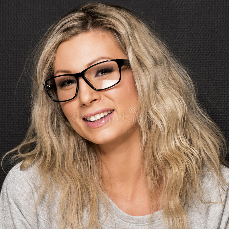 Junge Frau in den Gläsern. lizenzfreie stockfotos