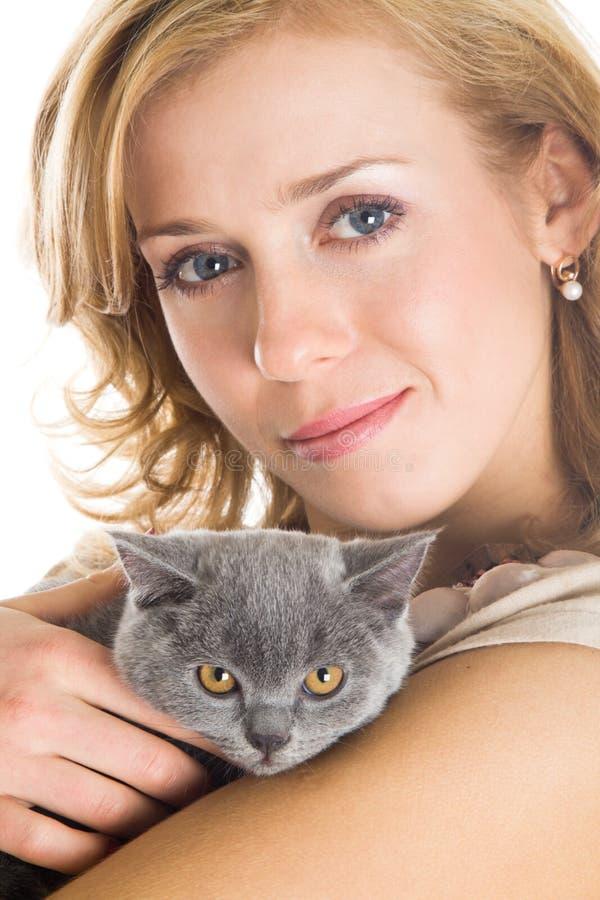 Junge schöne Frau und Kätzchen stockbild