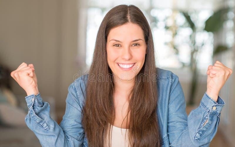 Junge schöne Frau zu Hause lizenzfreies stockbild