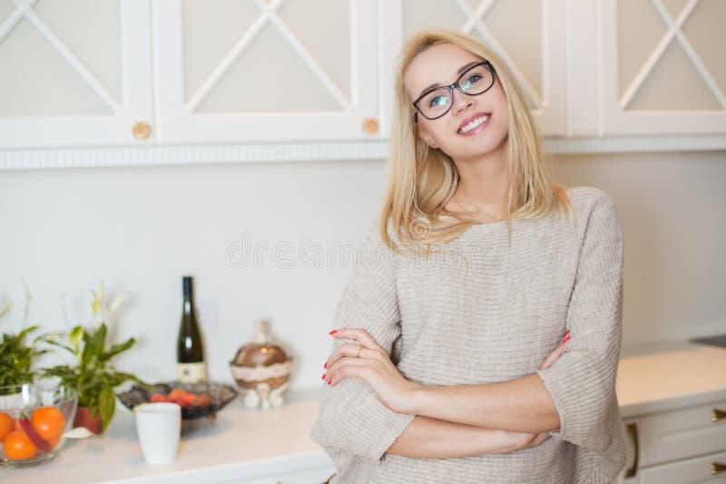 Junge schöne Frau zu Hause stockfotos