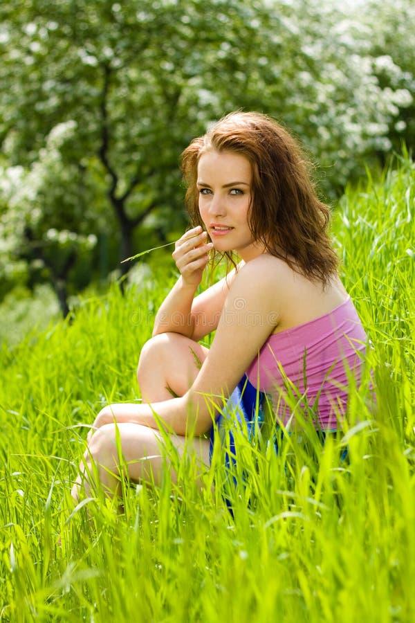 Junge Schöne Frauen-Träumerei Im Gras Lizenzfreie Stockfotos