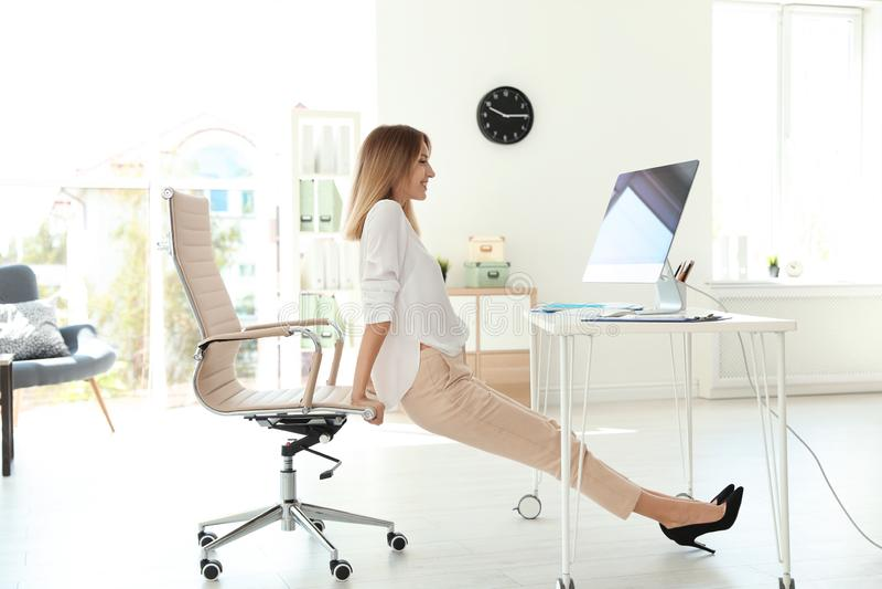 Unter dem Schreibtisch Büro Fuß Anbetung