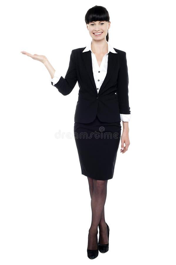 Junge schöne Geschäftsfrau, die Exemplarplatz zeigt stockbild