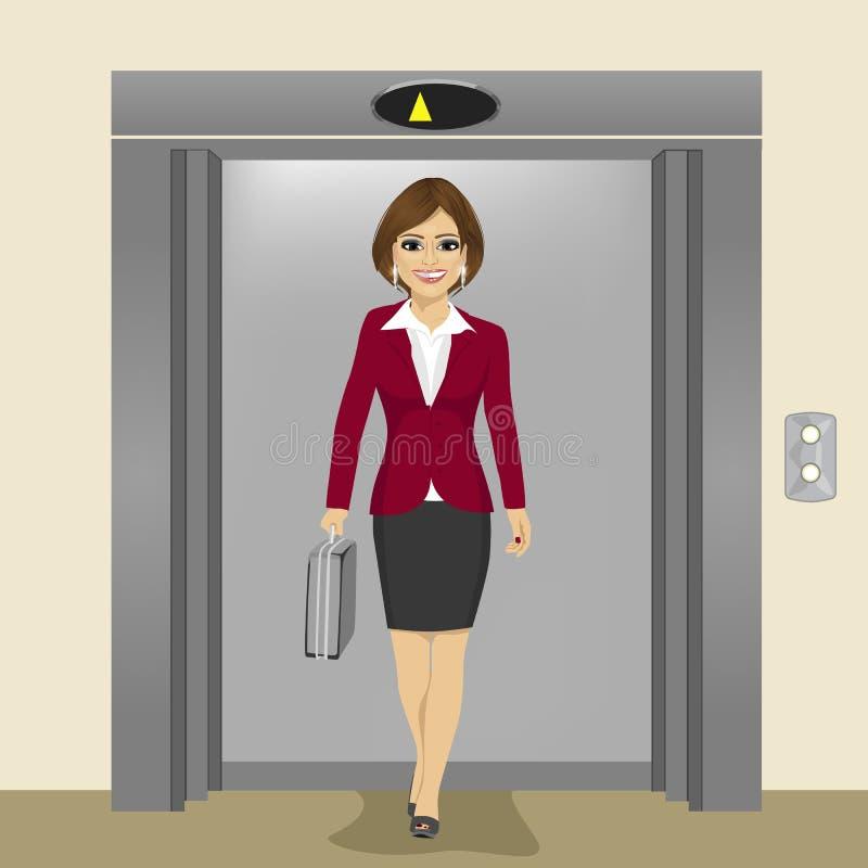 Junge schöne Geschäftsfrau mit dem Aktenkoffer, der aus Bürogebäudeaufzug herauskommt stock abbildung