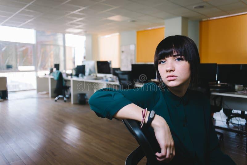 Junge schöne Geschäftsfrau mit einem traurigen Ausdruck auf seinem Gesicht Sie ist sehr müde und wartend auf das Ende des Tages lizenzfreies stockbild