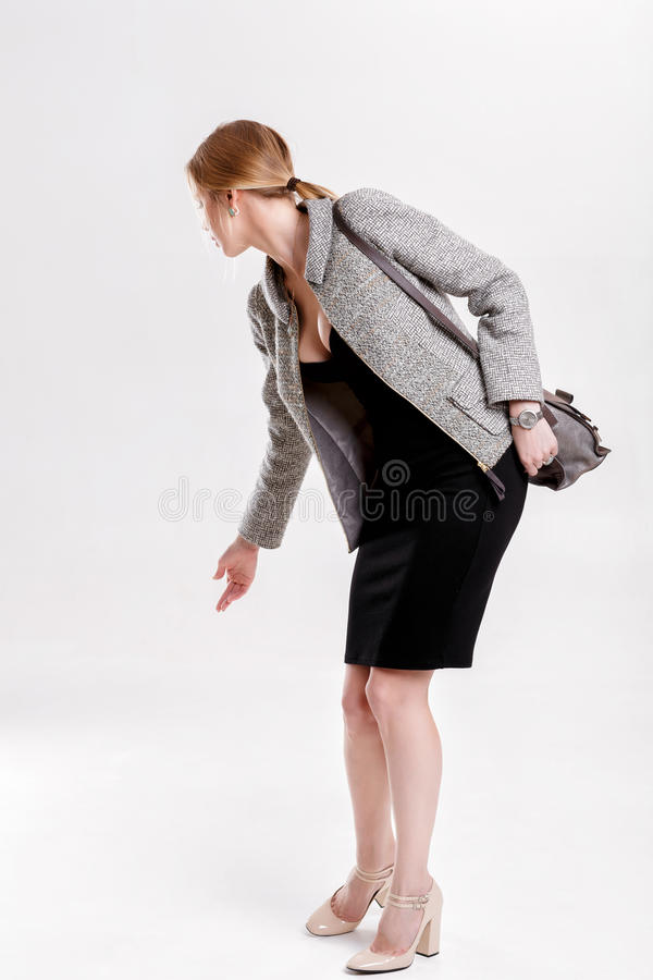 Junge schöne Geschäftsfraublondine im schwarzen Kleid, Jacke und stockfotos