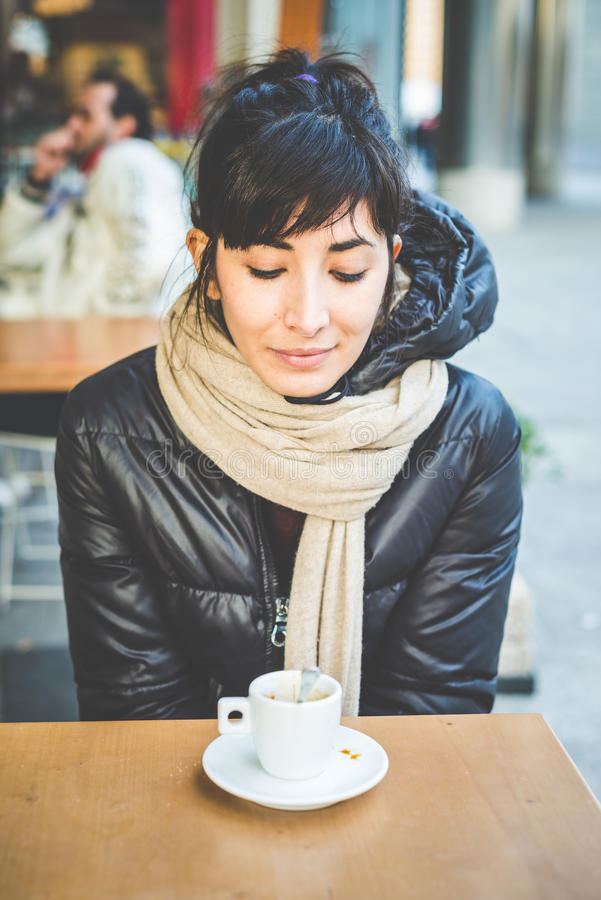 Junge schöne Hippie-Frau am Café stockfotos