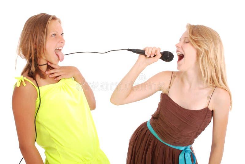 Junge schöne Jugendliche leitet Interviews mit dem Sänger lizenzfreies stockbild