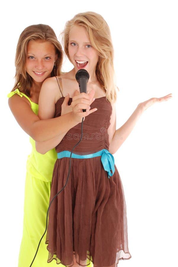 Junge schöne Jugendliche leitet Interviews mit dem Sänger stockfoto