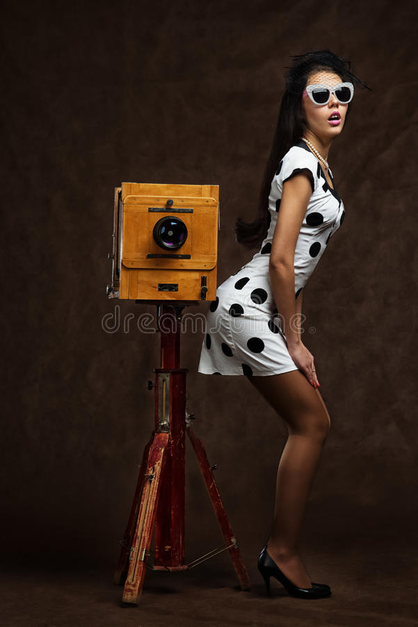 Junge schöne kaukasische aufwerfende Frau, Retro- Anreden stockfotos