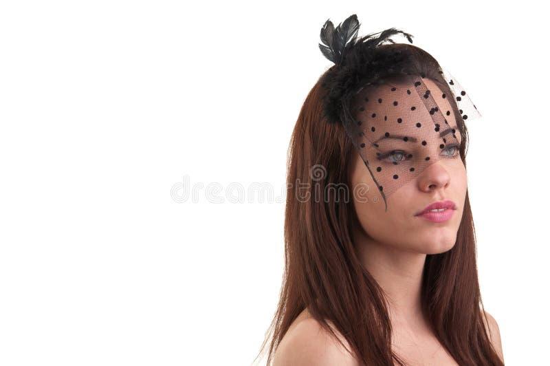 Junge schöne kaukasische Frau, die Retro- Anreden, lokalisiertes O aufwirft lizenzfreie stockfotografie