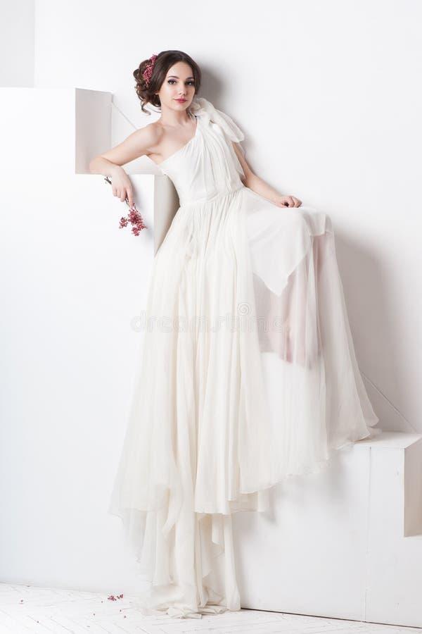 Junge schöne kaukasische Frau im herrlichen Kleid stockbilder