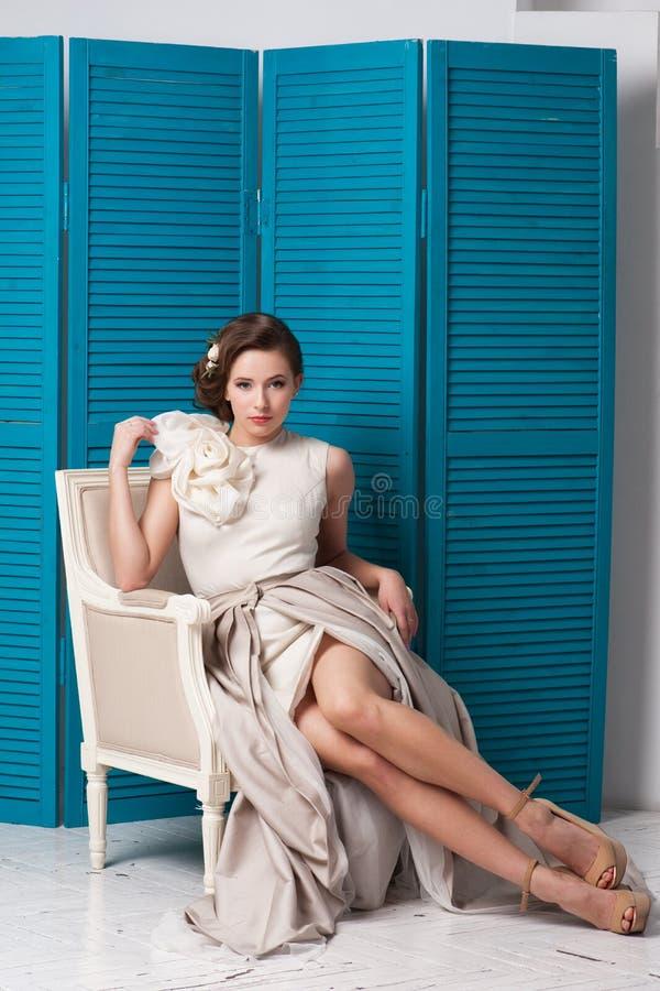 Junge schöne kaukasische Frau im herrlichen Kleid stockfotografie
