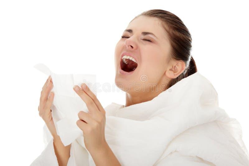 Junge schöne kranke sneezeing Frau stockbilder