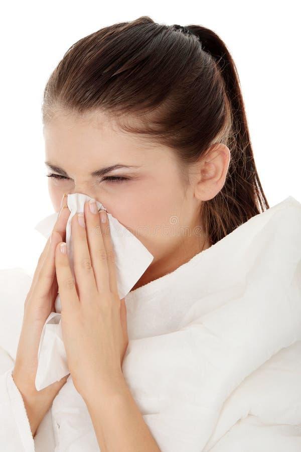 Junge schöne kranke sneezeing Frau lizenzfreies stockfoto