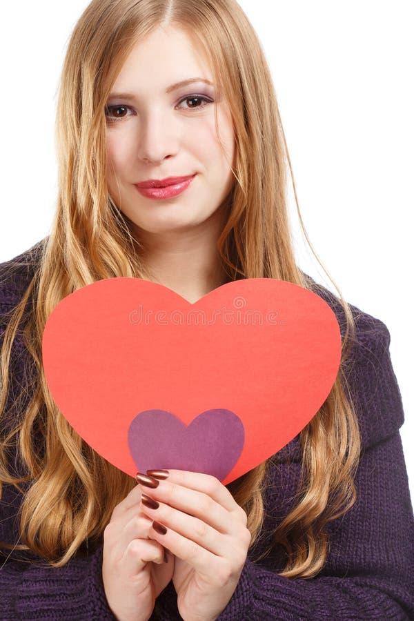 Junge schöne lächelnde Frau mit dem langen blonden Haar im dunklen purp lizenzfreie stockfotos
