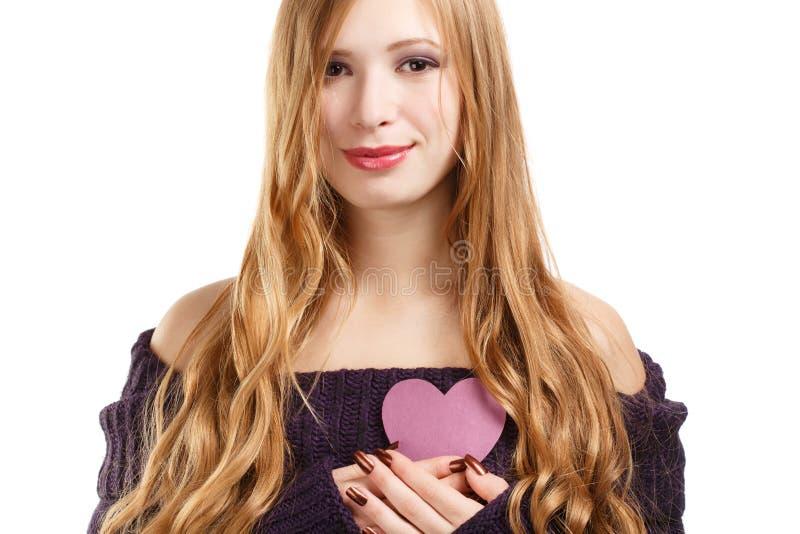 Junge schöne lächelnde Frau mit dem langen blonden Haar im dunklen purp stockbild
