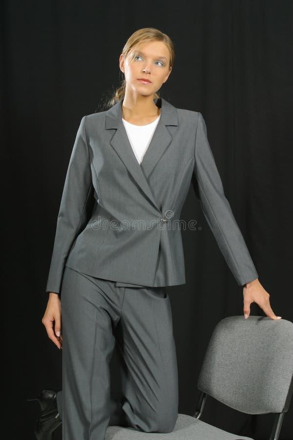 Junge schöne lächelnde Geschäftsfrau stockfoto
