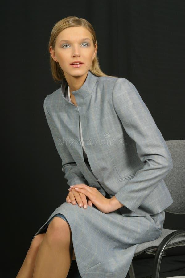 Junge schöne lächelnde Geschäftsfrau lizenzfreies stockfoto