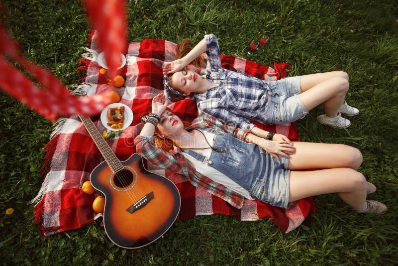 Junge schöne lächelnde Mädchen gekleidet in Pin Up Style lizenzfreie stockfotografie