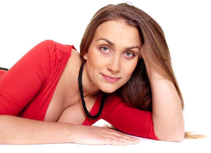 Junge schöne langhaarige Frauenniederlegung stockfotos