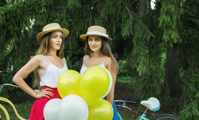 Junge schöne Mädchen mit baloons im Park stockbild