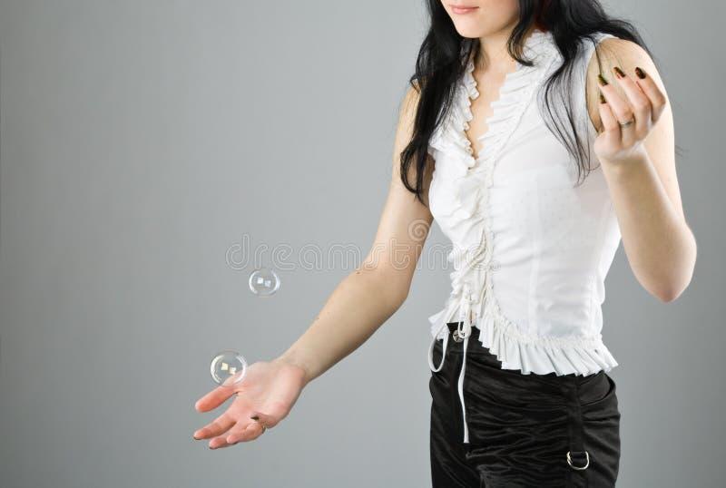 Junge schöne Mädchenfang-Seifenluftblase lizenzfreies stockfoto
