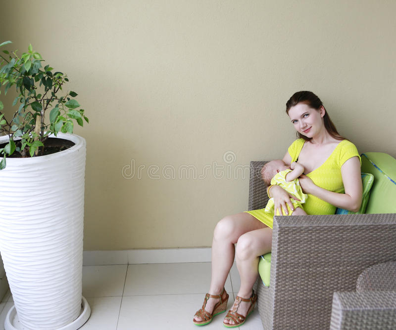 Junge schöne Mutter ist stillend Baby. lizenzfreie stockbilder