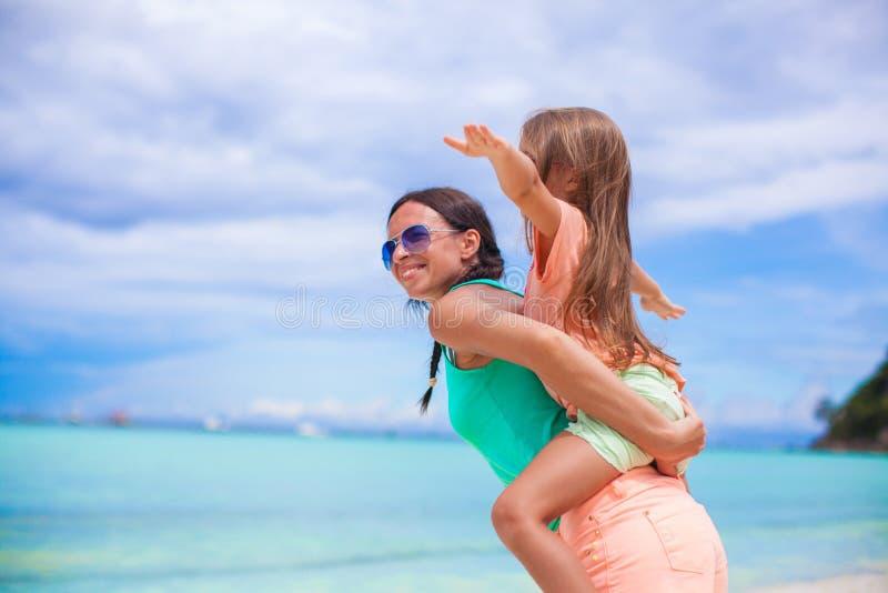Junge schöne Mutter und ihr entzückendes kleines lizenzfreie stockfotos
