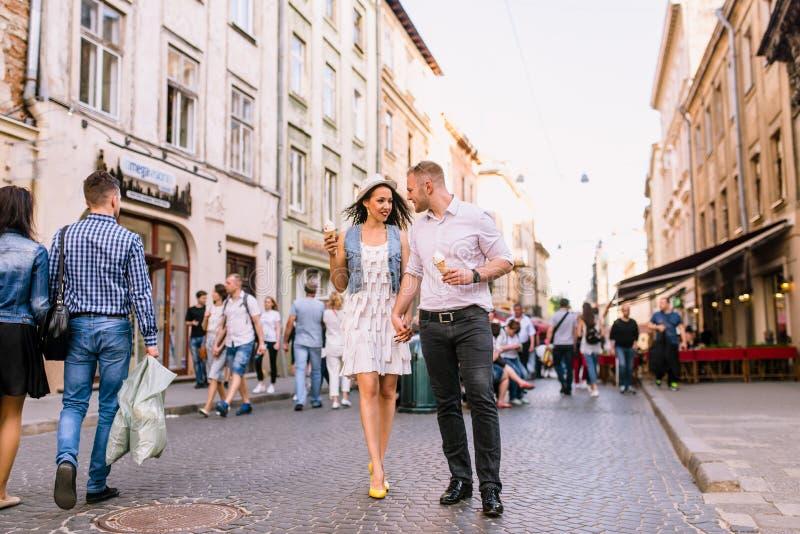Junge schöne Paare, die, gehend in Park lächeln stockfotografie