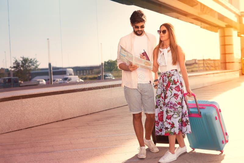 Junge schöne Paarreise mit Koffern stockfoto