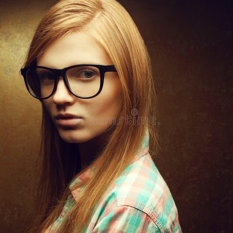 Junge schöne rothaarige tragende modische Gläser lizenzfreie stockfotos