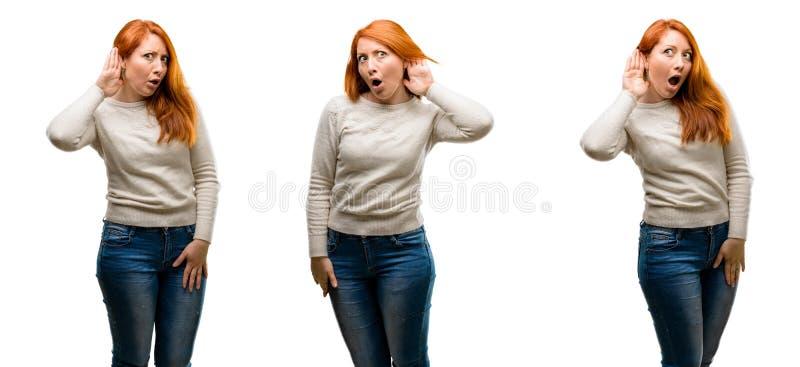 Junge schöne Rothaarigefrau lokalisiert über weißem Hintergrund stockbilder