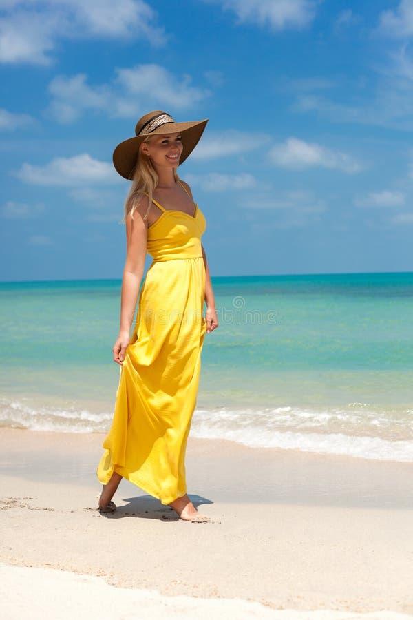 Junge schöne sexy Blondine, die auf Strand stehen stockfotos