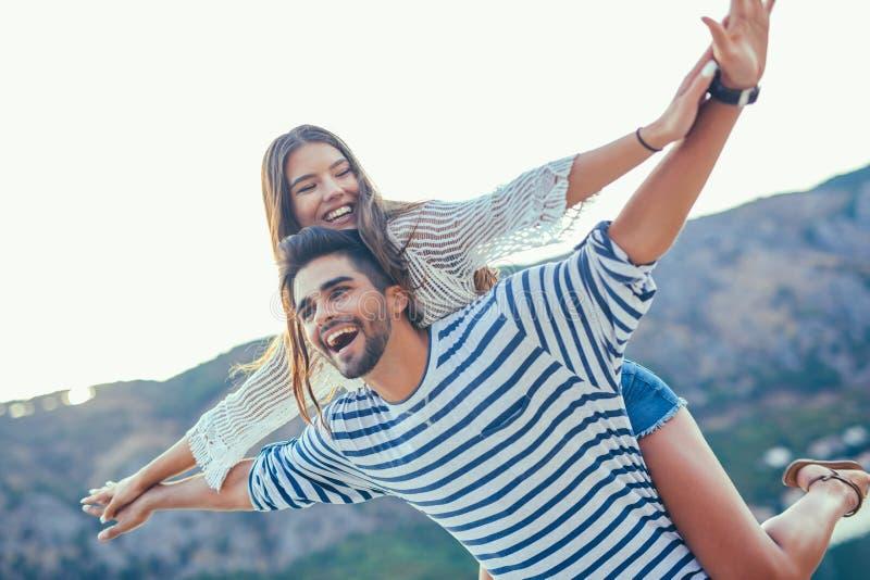 Junge schöne touristische Paare, die Sommerferien genießen lizenzfreies stockbild