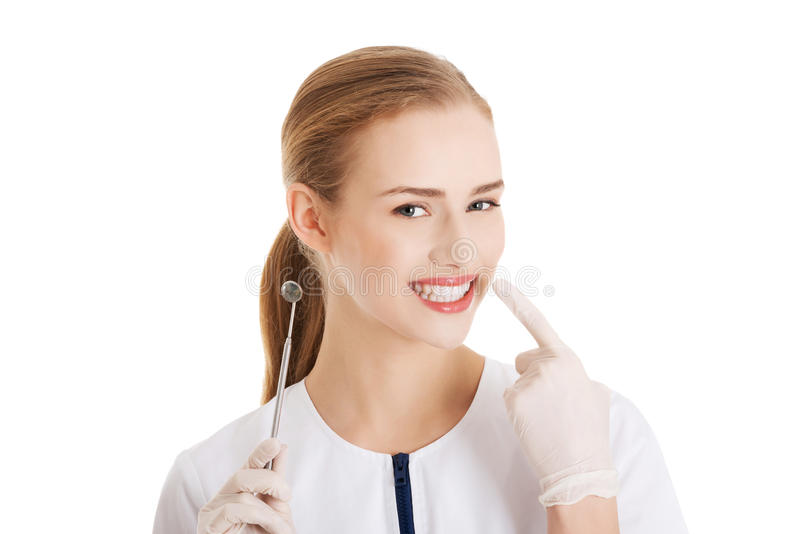 Junge schöne Zahnarztfrau mit Ausrüstung. stockfoto