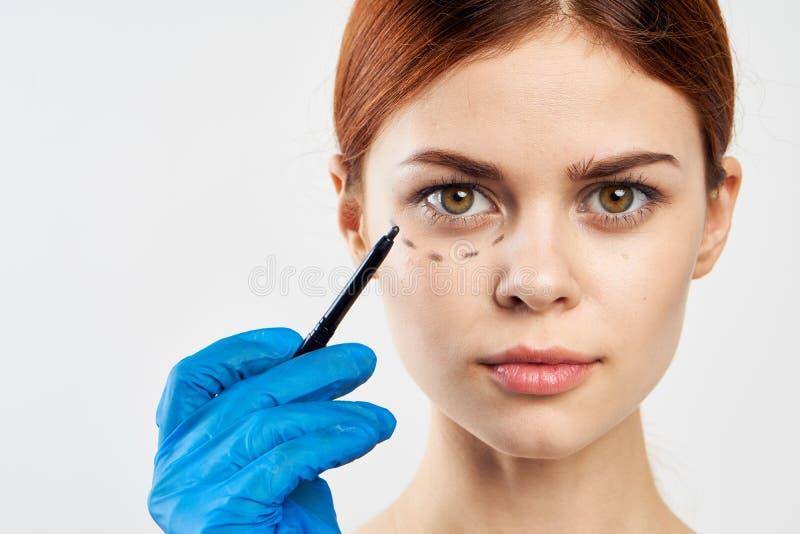 Junge Schönheit auf Weiß lokalisierte Hintergrund, plastische Chirurgie, Porträt, Entwurf des Gesichtes lizenzfreie stockfotos