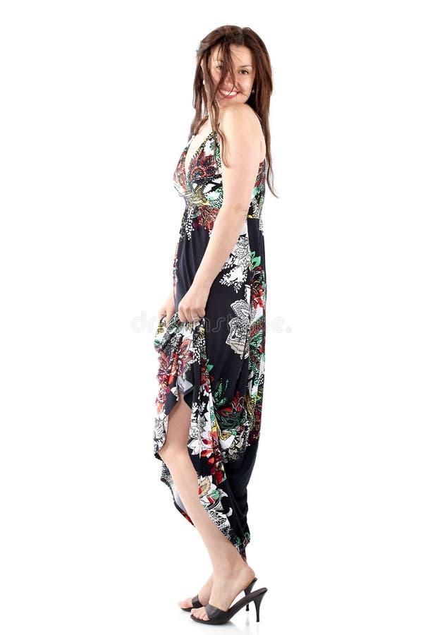 Junge Schönheit in den sundress mit buntem Blumenmuster stockbild