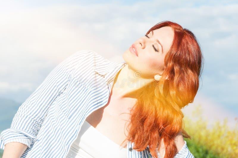 Junge Schönheit in der Sommersonne das Leben genießend lizenzfreie stockfotos