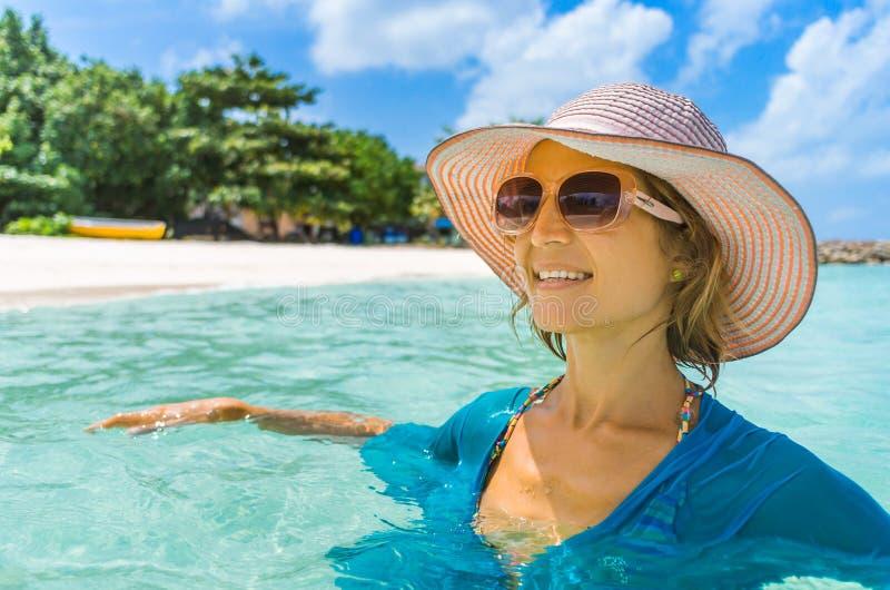 Junge Schönheit, die auf einem Strand sich entspannt lizenzfreie stockbilder