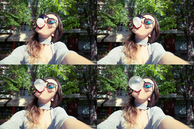 Junge Schönheit, die draußen Selbstporträt selfie nimmt lizenzfreies stockfoto