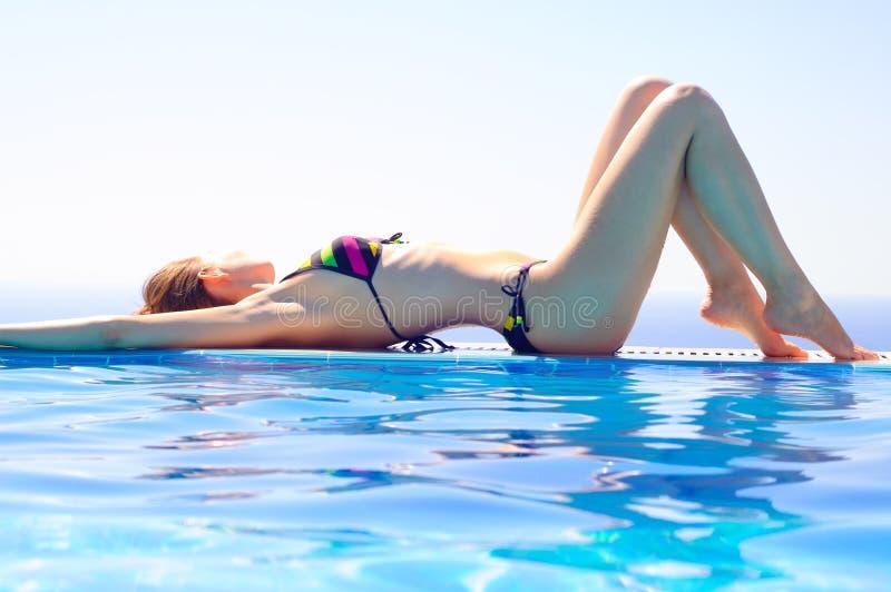 Junge Schönheit, die durch den Swimmingpool auf Hintergrund von warmem blauem Meer sich entspannt Krasnodar Gegend, Katya stockbilder