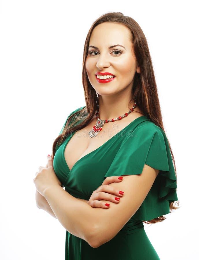 Junge Schönheit, die grünes Kleid trägt stockfoto