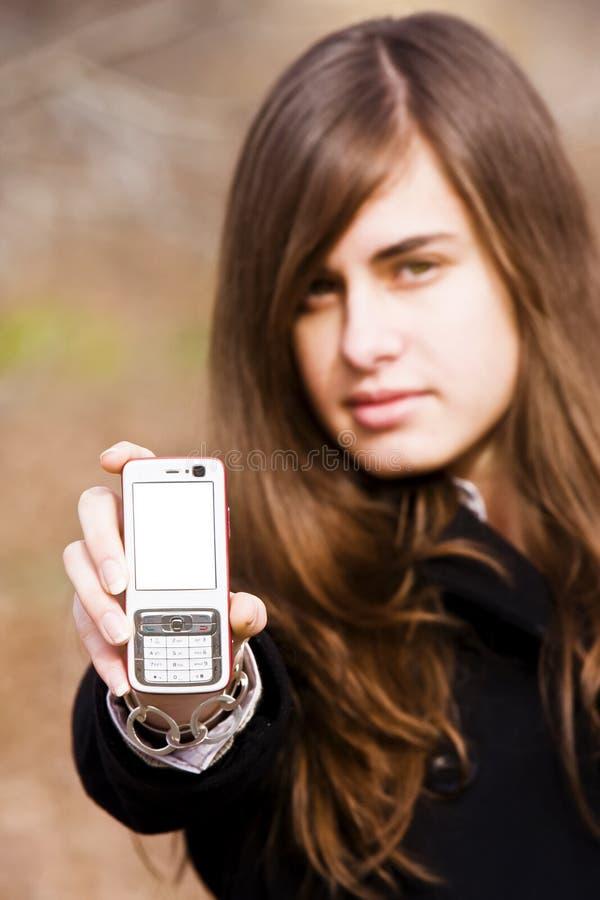 Junge Schönheit, die Handy zeigt lizenzfreies stockfoto