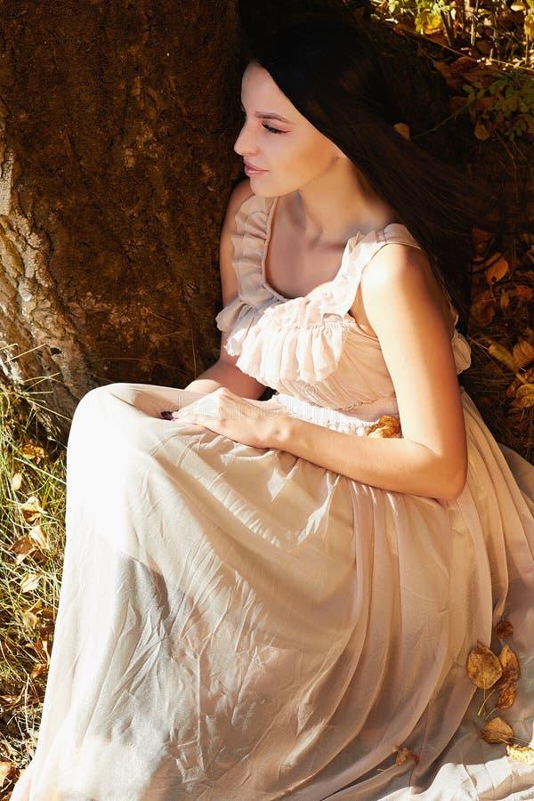 Junge Schönheit, die in Herbstwald geht stockbild