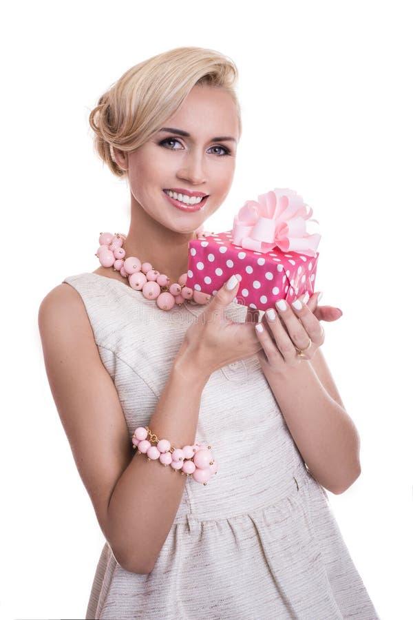 Junge Schönheit, die kleine Geschenkbox mit Band hält lizenzfreie stockfotos