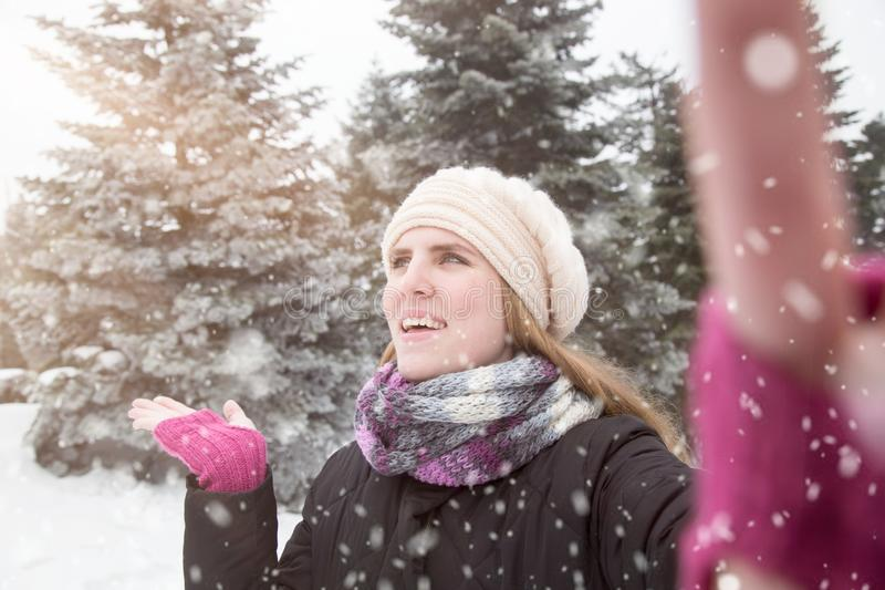 Junge Schönheit, die selfie über Winterhintergrund nimmt lizenzfreies stockfoto